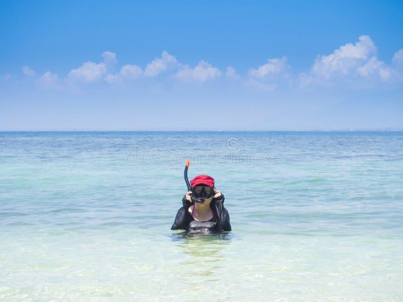 Snorkler que guerrea de la mujer el vacaciones de verano imagen de archivo