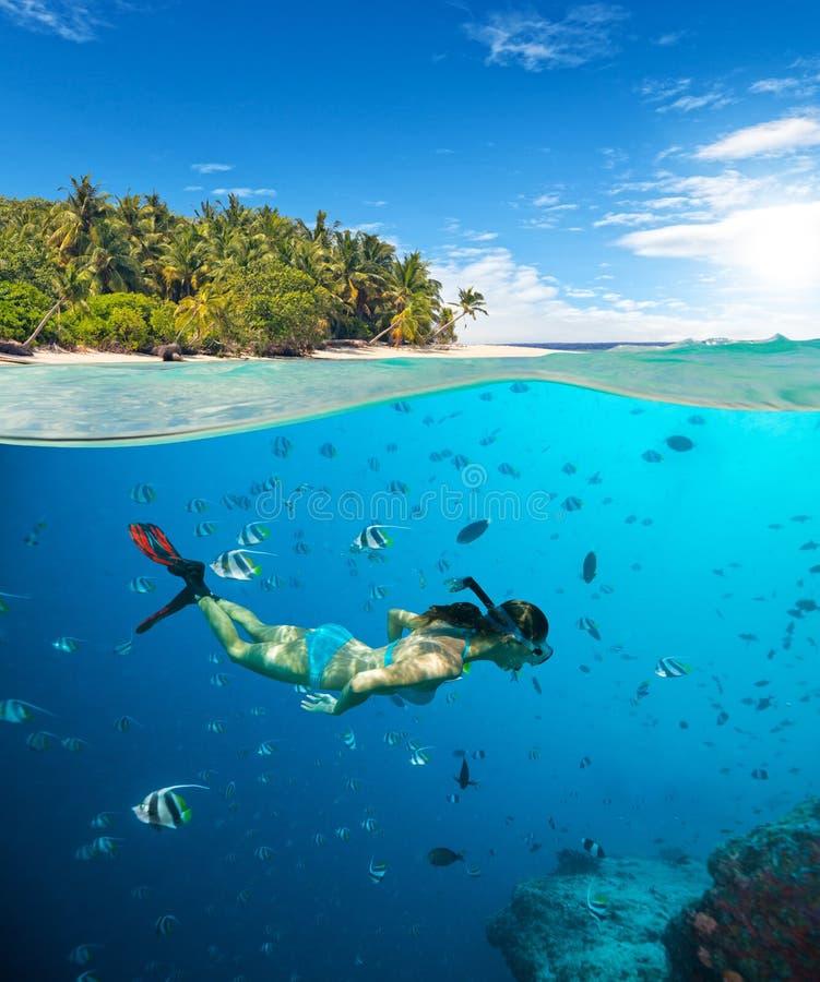 snorkling在热带海滩的少妇 免版税库存图片