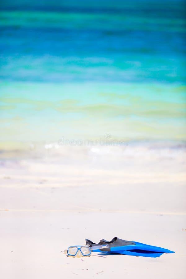 Snorkling设备面具、废气管和飞翅在沙子在白色海滩 库存照片