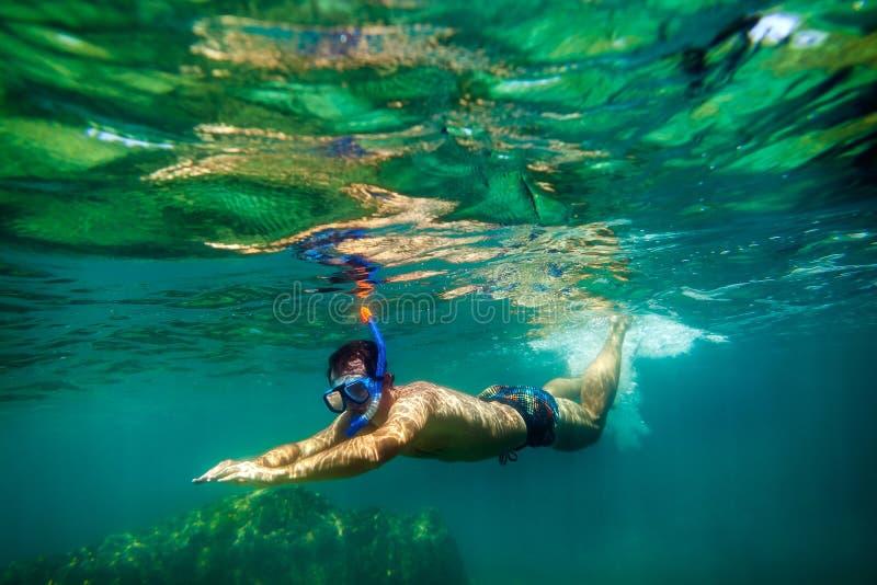 Snorkling水下人的游泳 免版税图库摄影