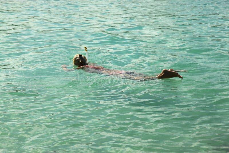 Snorkling Frauen lizenzfreie stockbilder