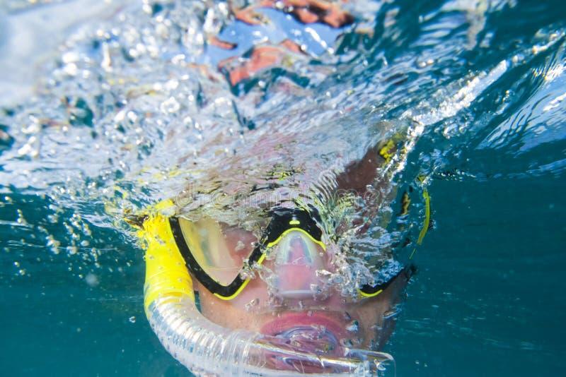 Snorkling sotto acqua fotografia stock