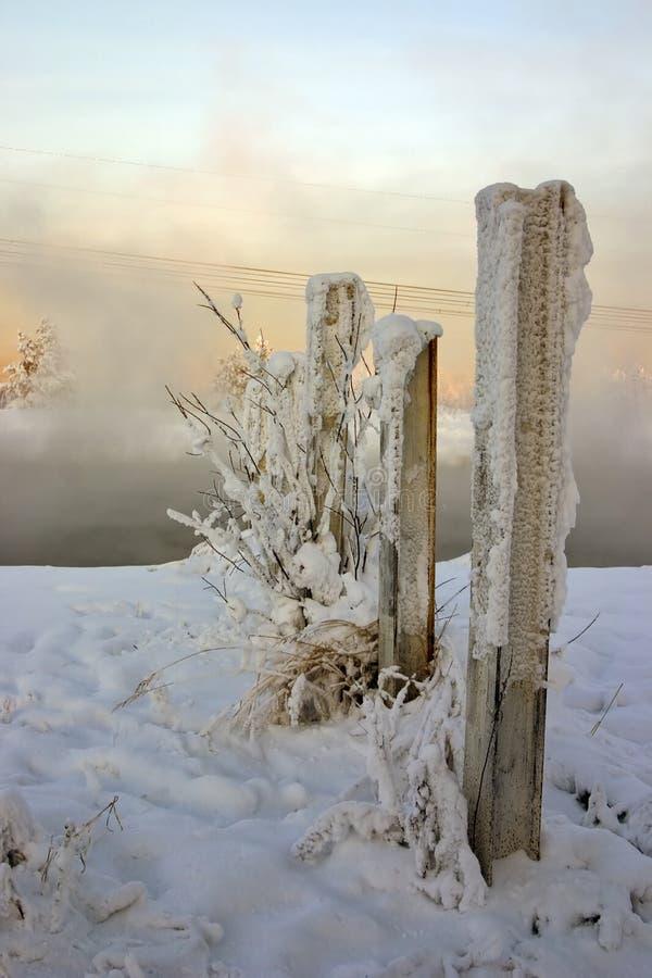 Snow-bound vernietigde omheining royalty-vrije stock afbeeldingen