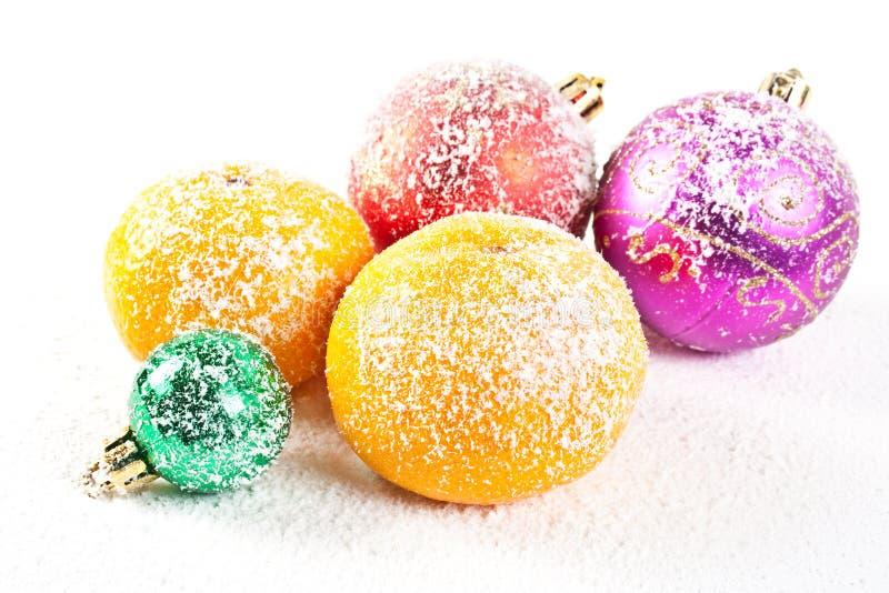 Snow-bound Weihnachtsdekorationen stockfotos