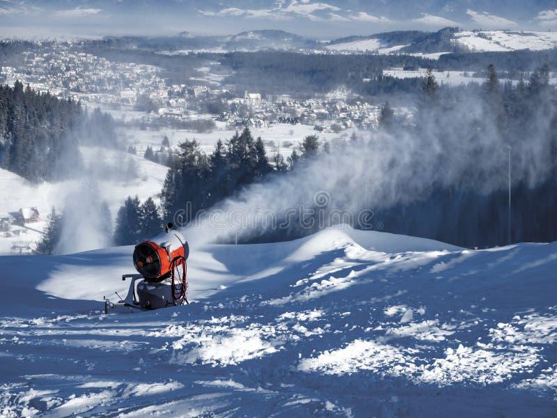 Snow Cannon in Aktion lizenzfreies stockbild
