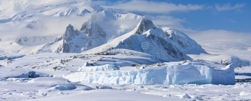 Snow-capped bergen royalty-vrije stock afbeeldingen