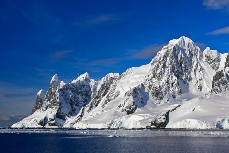Snow-capped bergen in Antarctica stock fotografie