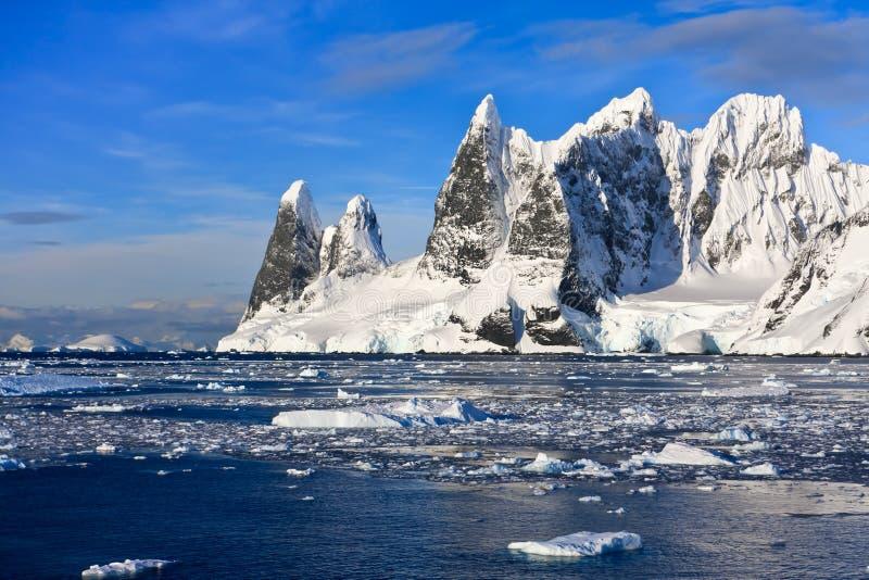 Snow-capped bergen in Antarctica royalty-vrije stock foto