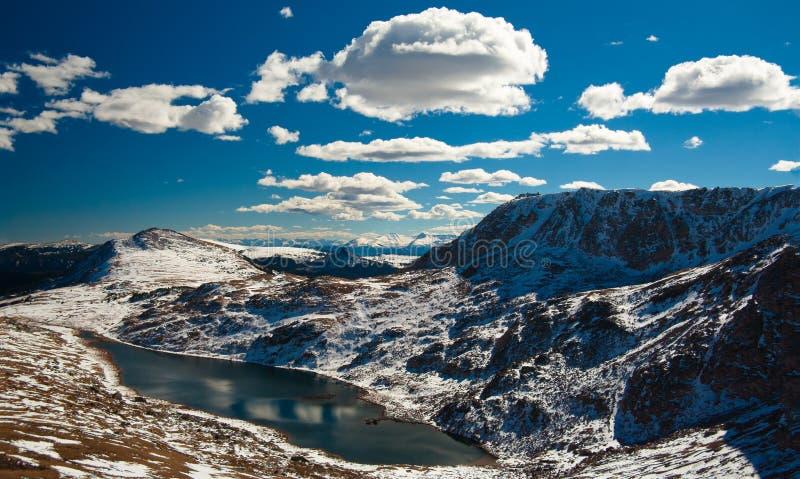Snow-capped bergen, Beartooth Pas, de V.S. royalty-vrije stock fotografie