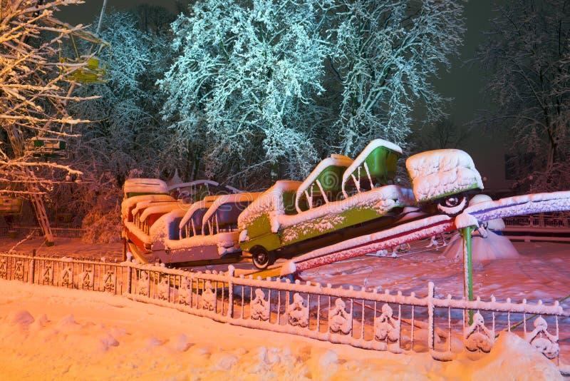 Snow-covered aantrekkelijkheden in het oude park stock afbeelding