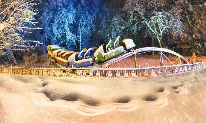 Snow-covered aantrekkelijkheden in het oude park royalty-vrije stock foto's