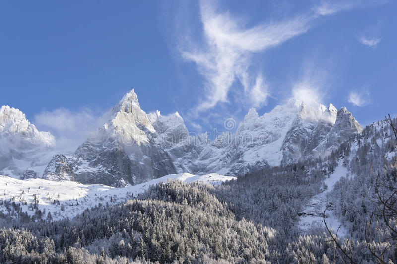 Snow-covered alpiene hellingen in Chamonix royalty-vrije stock fotografie