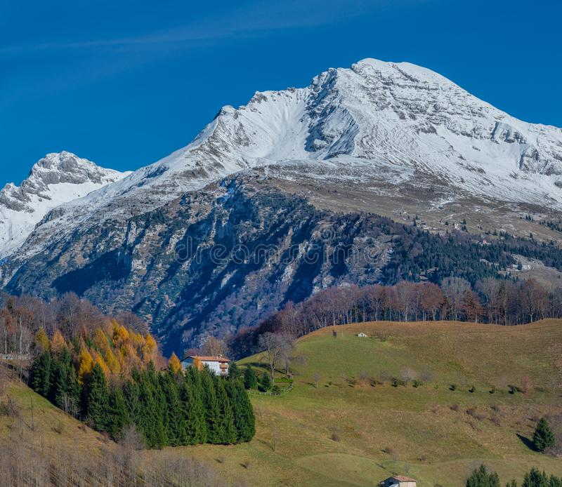 Snow-covered berg stock afbeelding