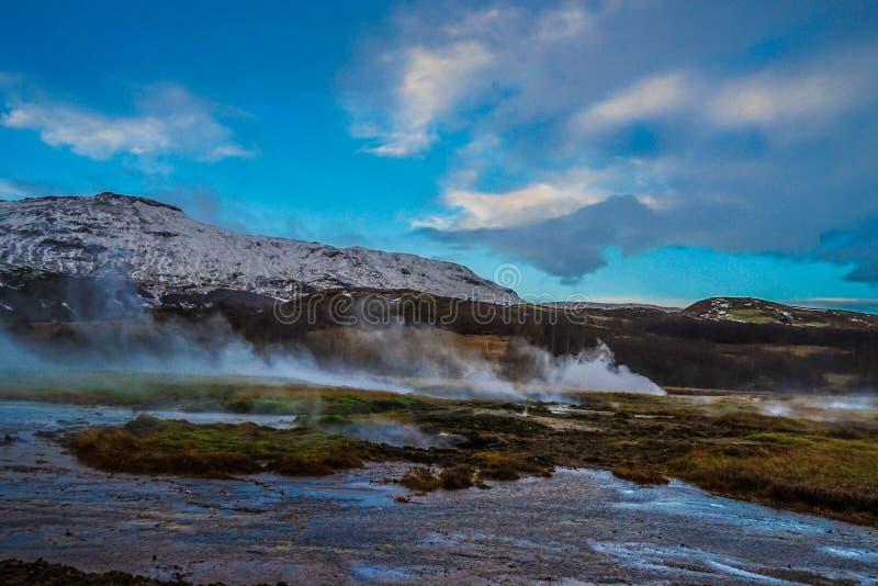 Snow-covered bergen en blauwe hemel van IJsland royalty-vrije stock afbeeldingen