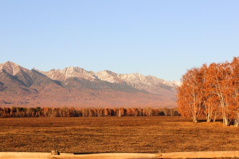Snow-covered bergenbovenkanten royalty-vrije stock afbeeldingen