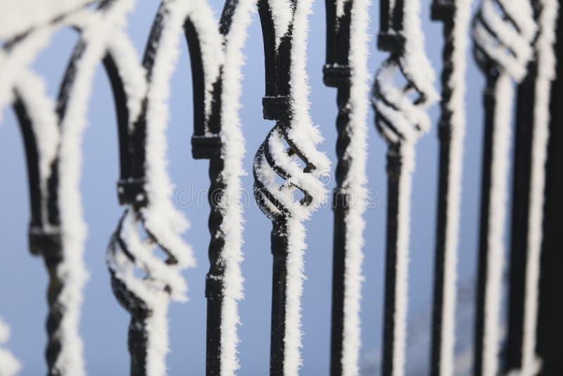 Snow-covered brugtakjes royalty-vrije stock foto's