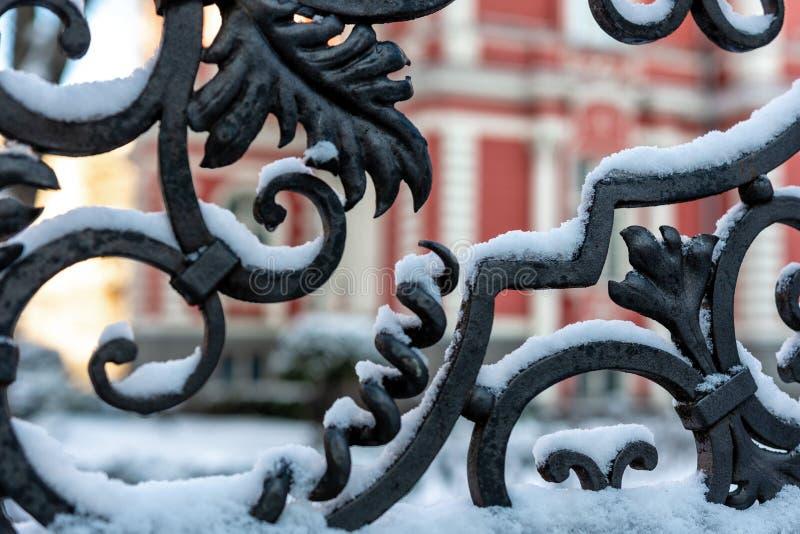 Snow-covered decoratieve yardpoort van metaal - beeld stock foto