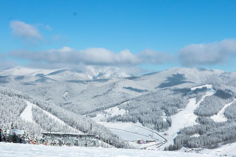 Snow-covered hellingen voor skiërs en snowboarders bij een skitoevlucht stock afbeeldingen