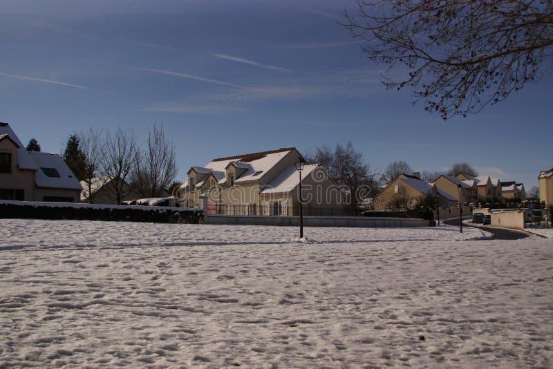 Snow-covered landschap - Stad van Elancourt - Frankrijk stock fotografie