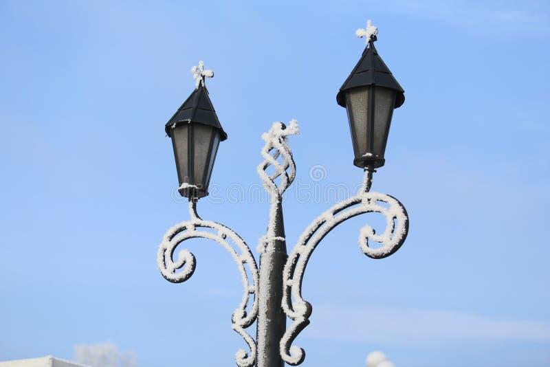 Snow-covered lantaarnpalen royalty-vrije stock foto