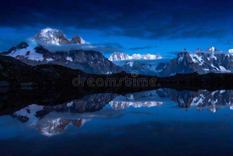 Snow-covered pieken van Franse Alpen die in Cheserys-meren weerspiegelen royalty-vrije stock foto's