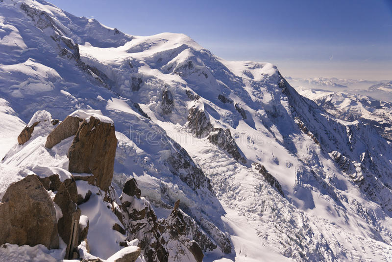 Snow-covered rotsen royalty-vrije stock afbeelding