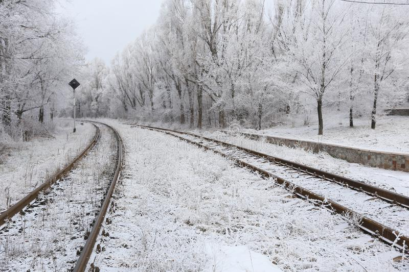 Snow-covered spoorwegsporen stock afbeelding