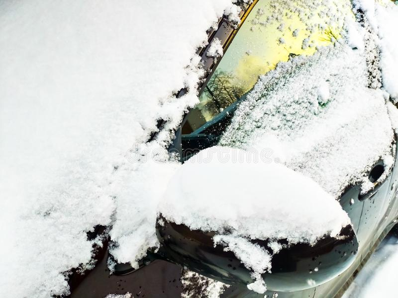 Snow-covered windscherm, zijruit en linkerachteruitkijkspiegel stock fotografie