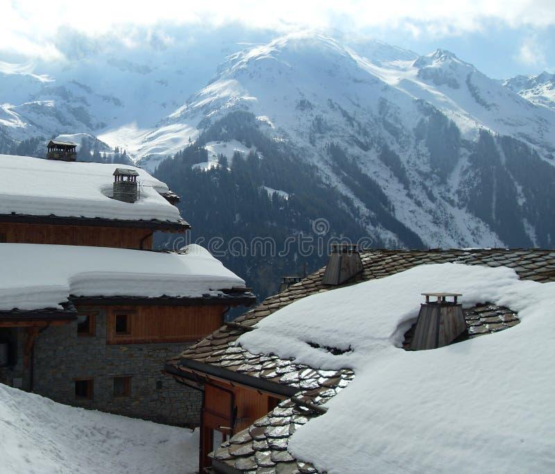 snow för chaletsfrance savoy arkivfoto