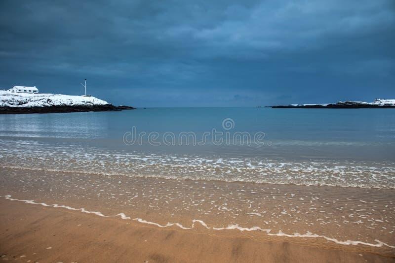 Snow på Trearddur fjärdstrand i vinterIsle av Anglesey norr Wal royaltyfri foto