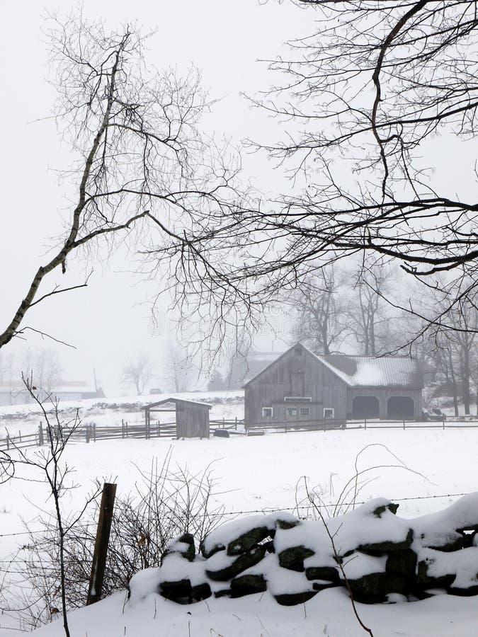 snow v för ladugårdlantgårddimma arkivbild
