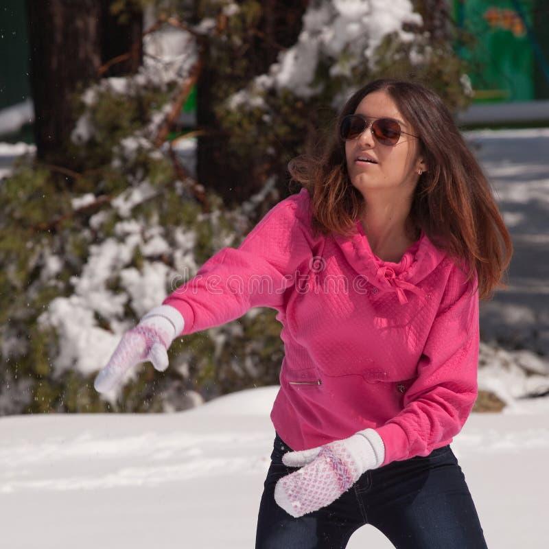 Snowball de jogo da mulher imagens de stock
