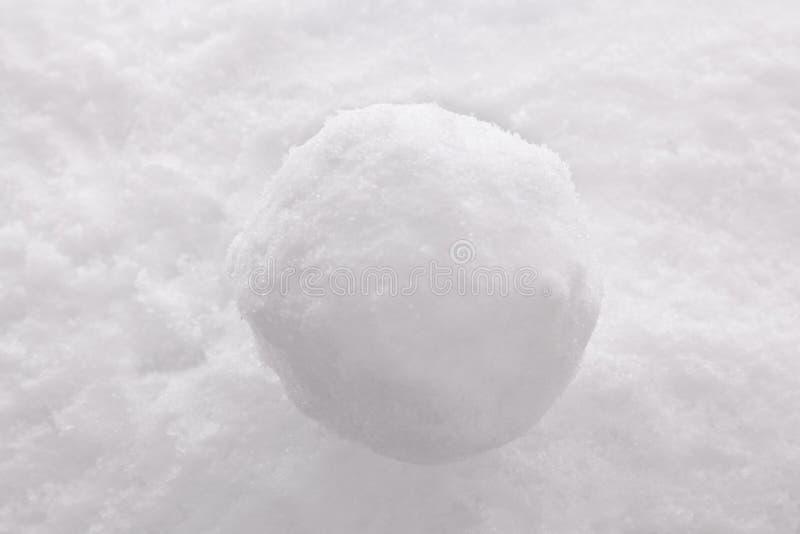 Snowball no fundo da neve. foto de stock royalty free