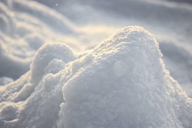 Snowbank снега на солнечный день Пушистые shimmers в солнце, абстрактные естественные диаграммы снега стоковое фото rf