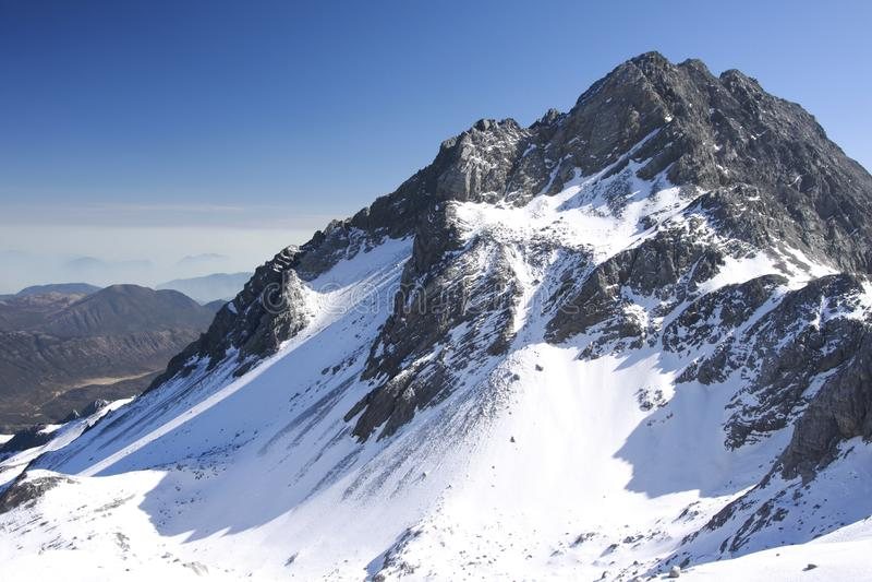 Snowberg under den blåa skyen arkivbilder