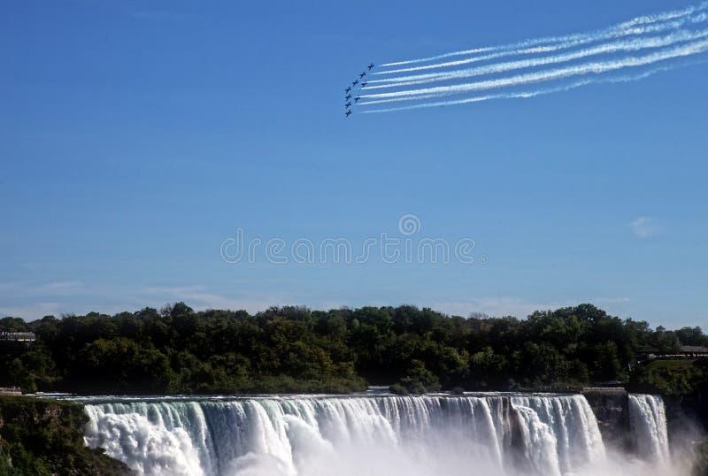 Snowbirds über Niagara Falls stockbild