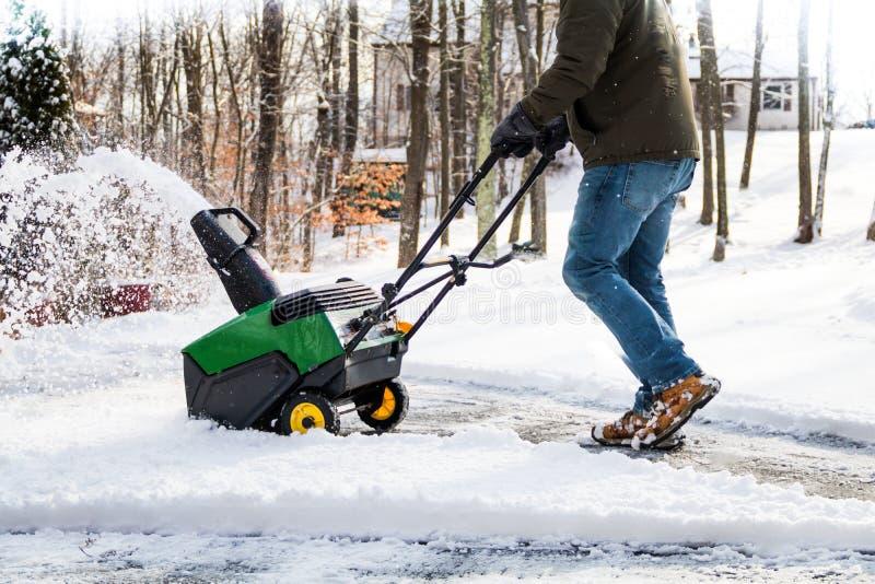 Snowblower i handling som skjuts efter snöfall på en kall vinterdag i lantlig NJ, USA fotografering för bildbyråer