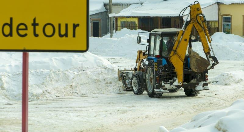 snowblower Il trattore rimuove la neve La via è piena delle derive della neve fotografia stock libera da diritti