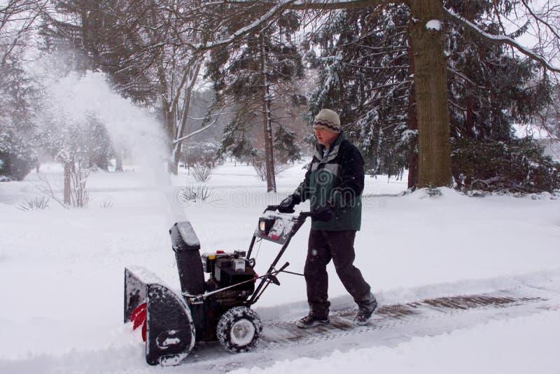 Snowblower mężczyzny Podmuchowy śnieg Zdala od widza zdjęcia royalty free