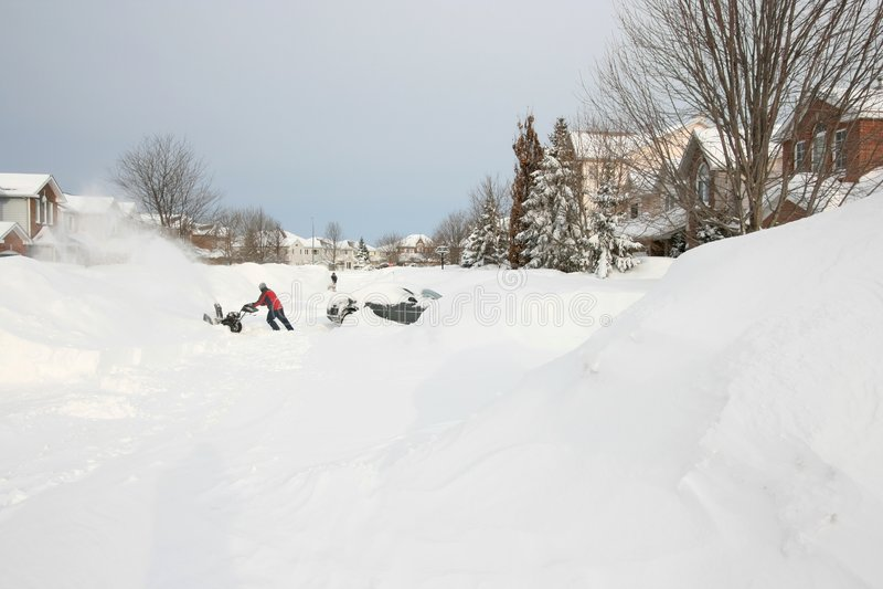Snowblowers na rua após a tempestade da neve fotos de stock