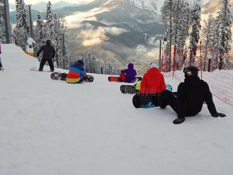 Snowboadrers подготавливая для езды Karusel Gornaya лыжного курорта, 1500 метров, Krasnaya Polyana, Сочи, Россия Январь 2015 стоковое фото