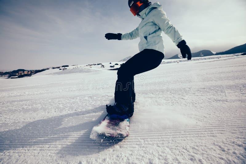 Snowboard del Snowboarder en montañas fotografía de archivo libre de regalías
