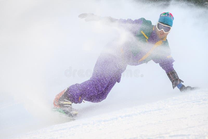 Snowboard di estremo dello spruzzo della neve fotografie stock