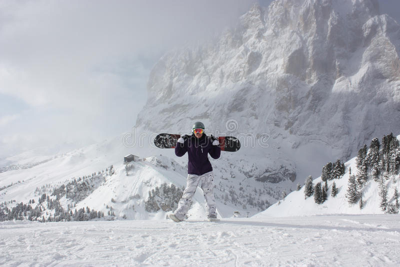 Snowboard dziewczyna Młoda kobieta bierze jej snowboard fotografia royalty free