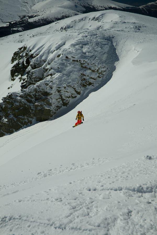 Snowboard libre en una cuesta nevosa salvaje imagen de archivo