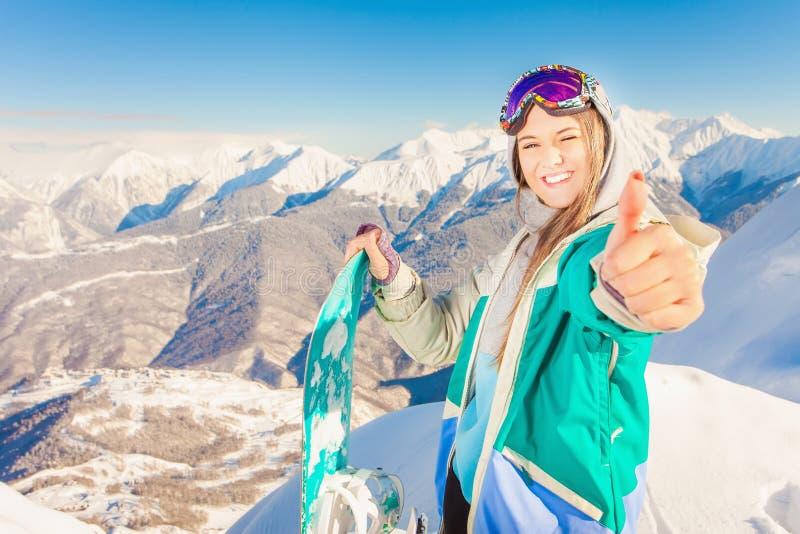 snowboard Mulher do esporte em montanhas nevado fotos de stock royalty free