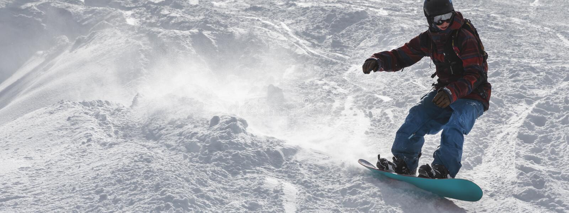 Snowboard parasitario en la cuesta imagen de archivo
