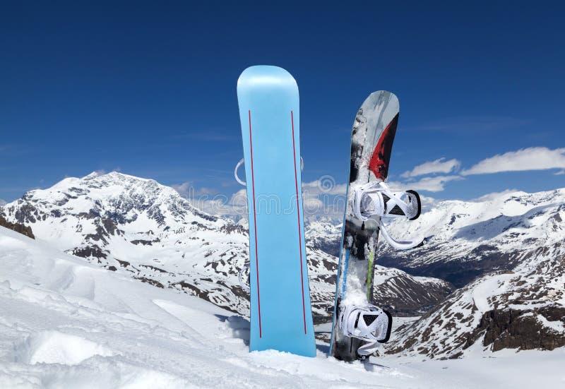 Snowboard twee die zich rechtop in sneeuw bevinden royalty-vrije stock fotografie