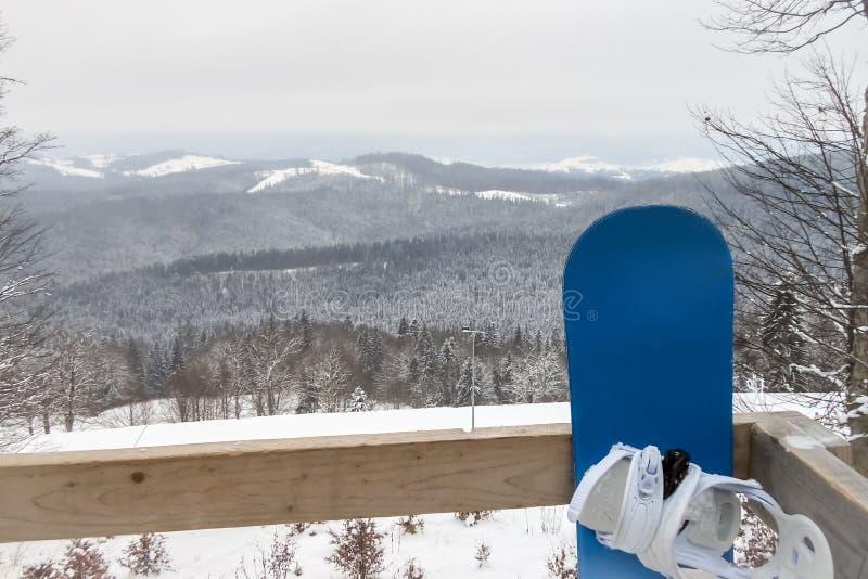 snowboard Uma placa para montar na neve Snowboard que está na neve fotografia de stock