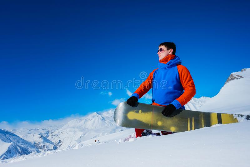 Snowboarder à moda do atleta com vidros fotografia de stock royalty free